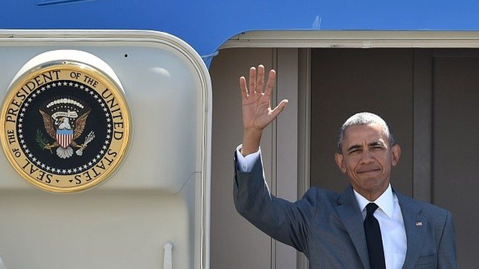 US President Barack Obama waves upon his arrival at the international airport to attend the Asia-Pacific Economic Cooperation (APEC) Summit in Manila on November 17, 2015.