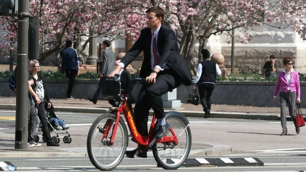 A man rides a bicycle along Pennsylvania Ave in Washington (16 March 2016)
