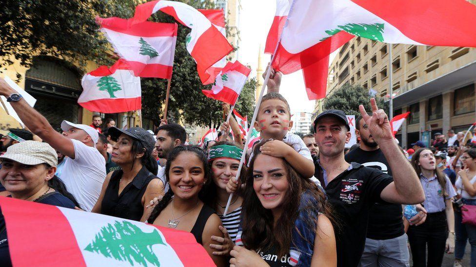 مظاهرات لبنان: المتظاهرون يعودون إلى الشارع والضغط يتزايد على حكومة سعد الحريري