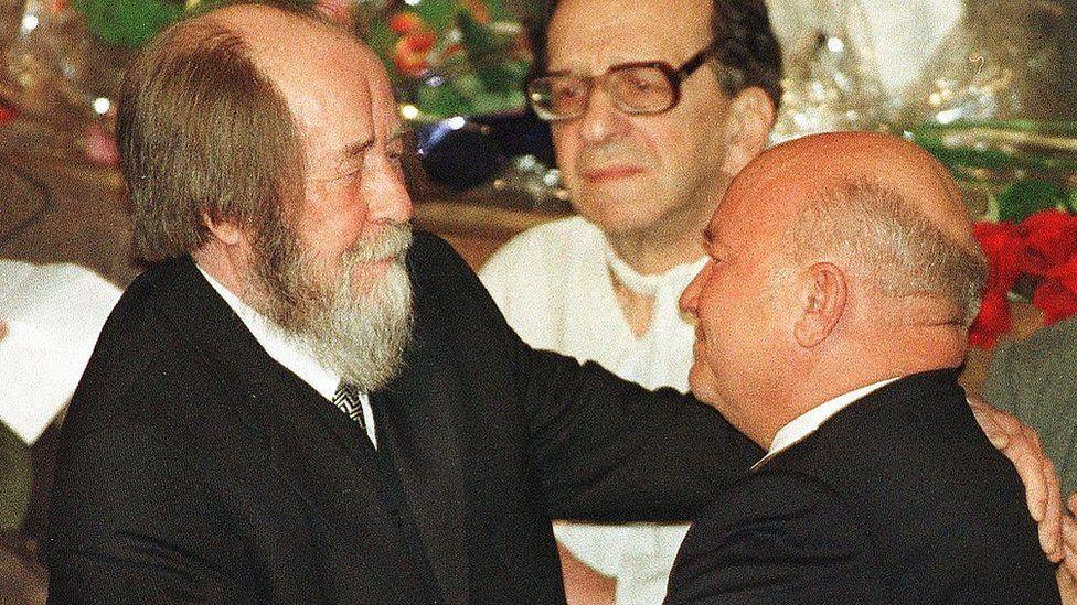 Солженицын обнимает Лужкова