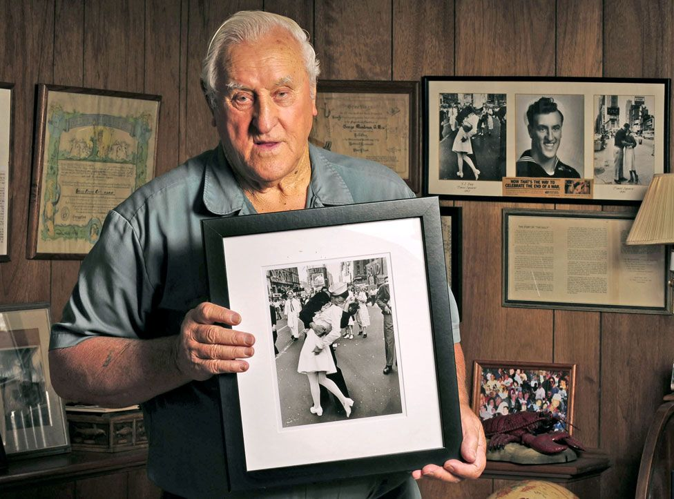George Mendonsa holds the photo by Alfred Eisenstaedt