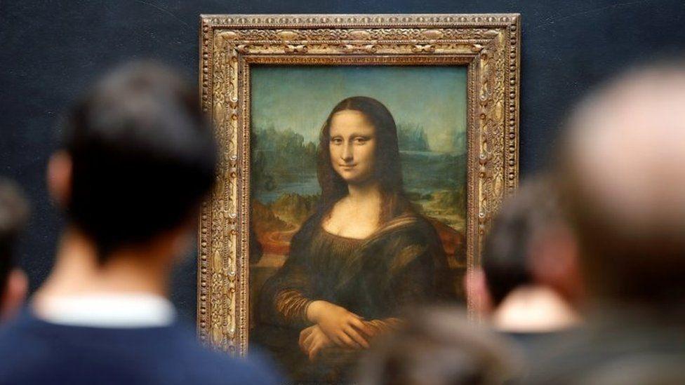 Visitors admire Leonardo da Vinci's Mona Lisa at Paris' Louvre museum. Photo: May 2021