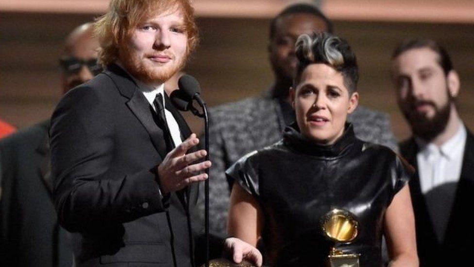 Ed Sheeran ac Amy Wadge yn seremoni'r Grammys yn 2016