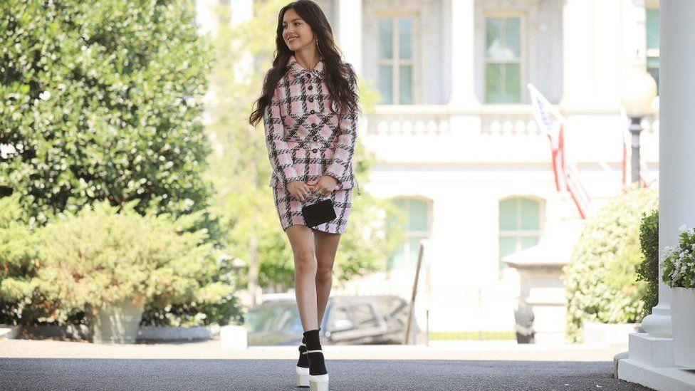 Olivia Rodrigo: Pop princess pushes president's plan for more jabs thumbnail