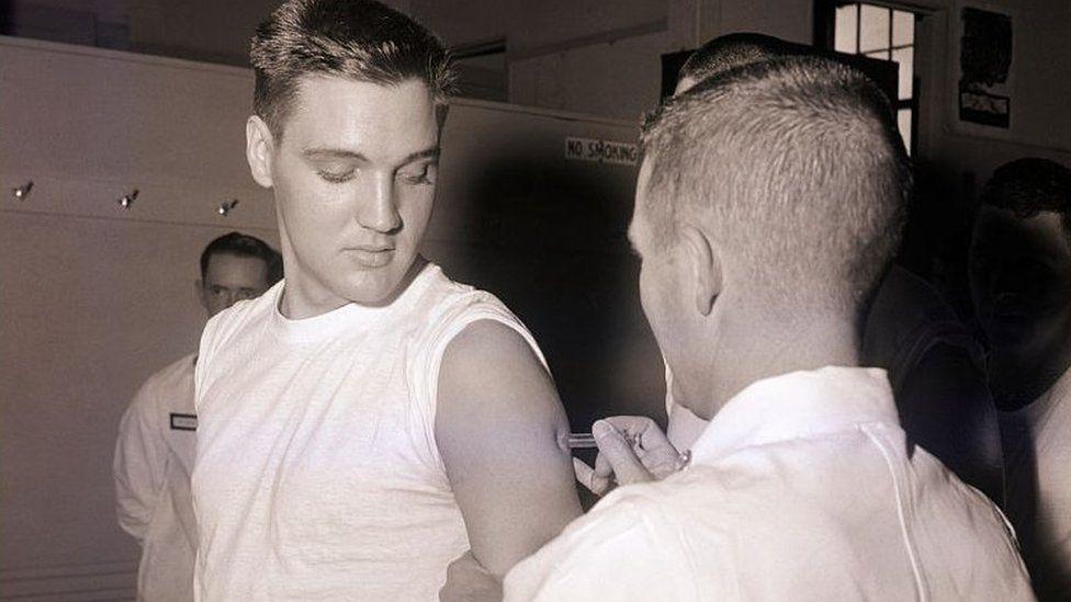 Erbyn 1958, roedd brechlyn yn erbyn H2N2, ac Elvis Presley yn un o'r rhai gafodd ei frechu