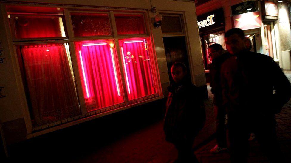 Амстердамский Квартал красных фонарей - для некоторых символ сексуального освобождения