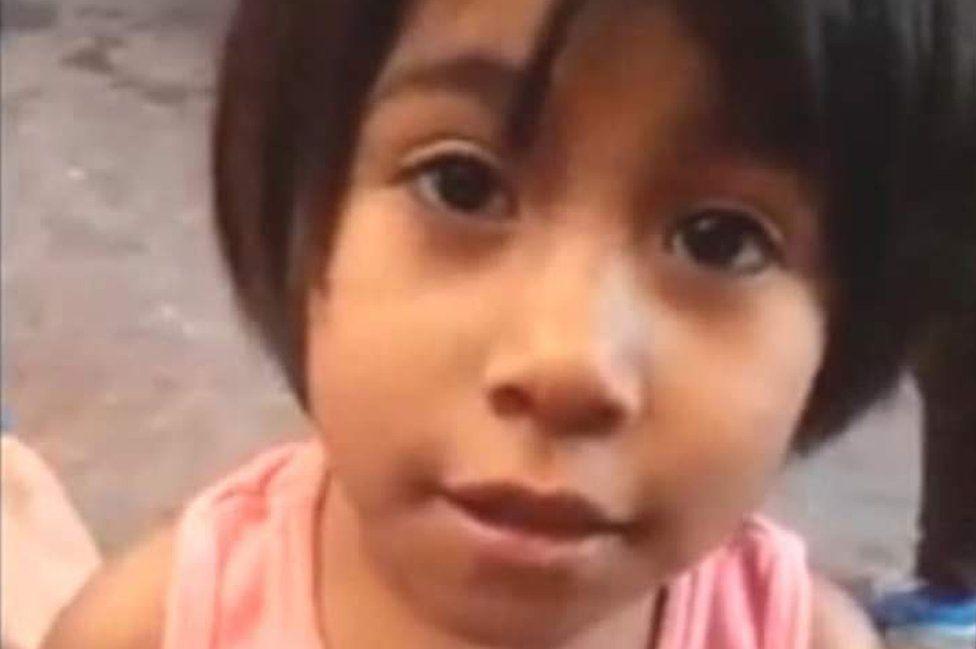 """""""Calcetitas rojas"""": el asesinato de una niña de 4 años que causó conmoción en México y por el que condenaron a su madre y padrastro a 88 años"""