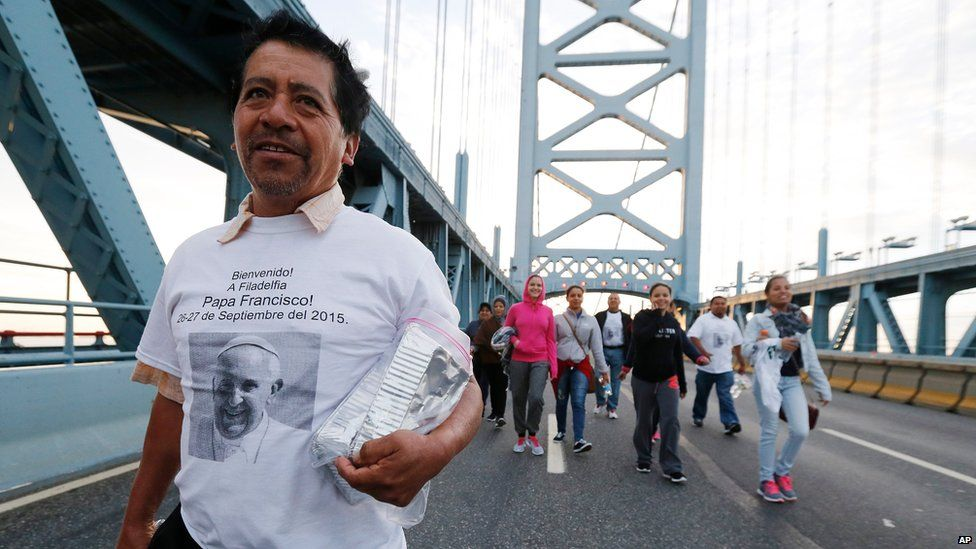Members of the St. Anthony of Padua Church walk over the Benjamin Franklin Bridge towards Philadelphia ahead of a Mass celebrated by Pope Francis (27 September 2015)