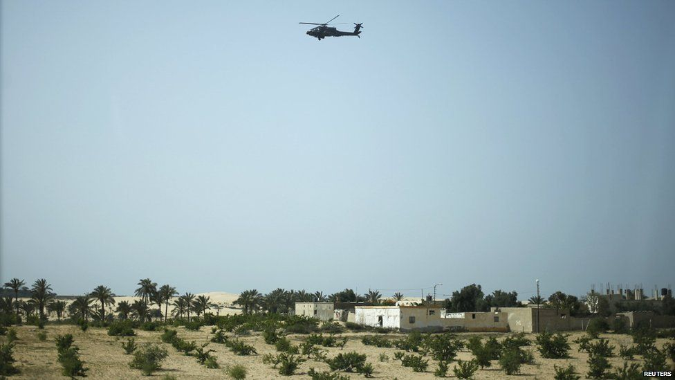 A helicopter flies over the Sheikh Zuweid area (25 May 2015)