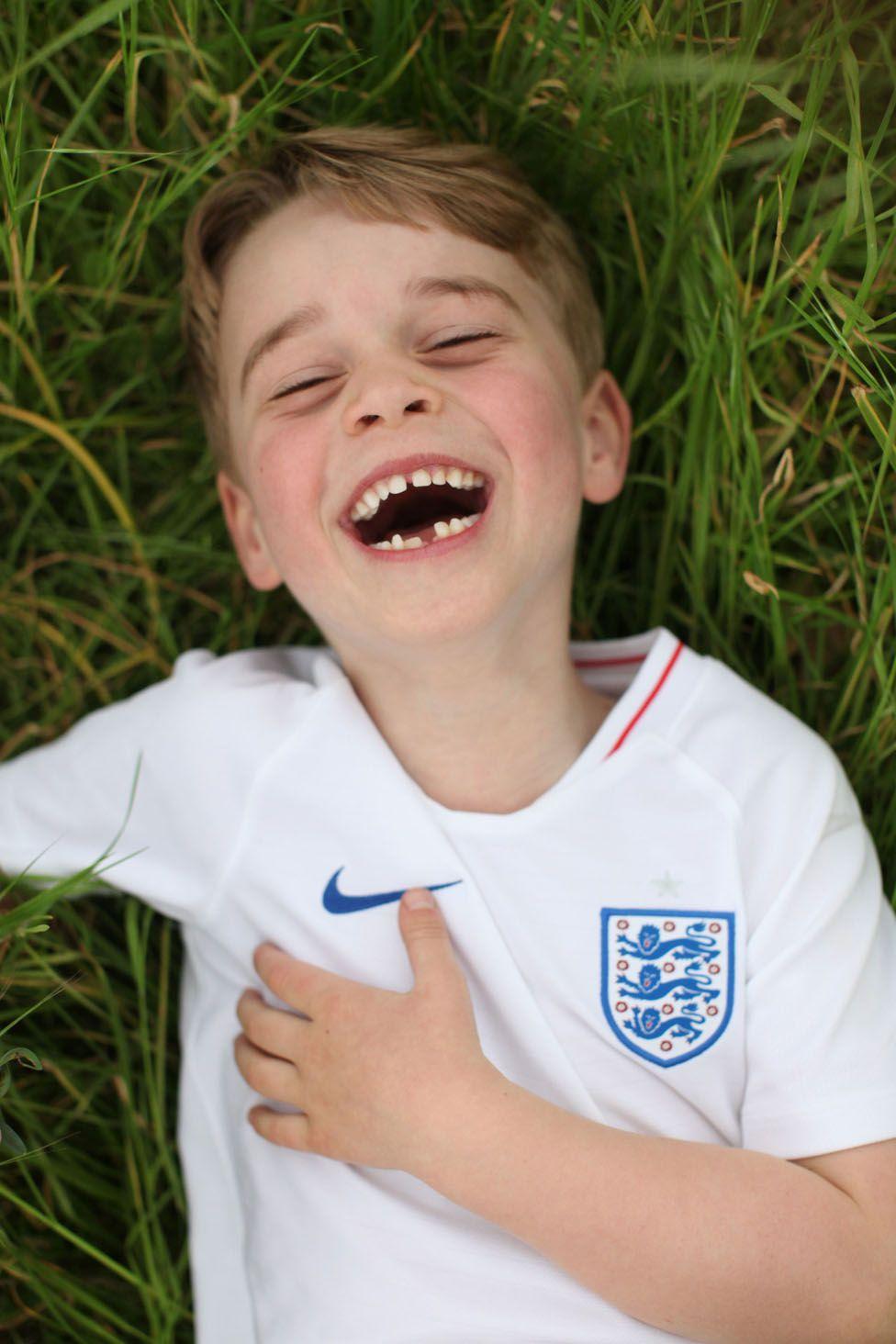 Принцу Джорджу шесть лет. Новые фотографии маленького принца - BBC ...