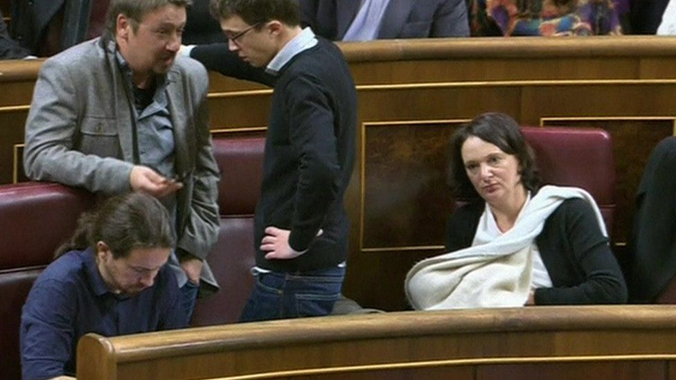 Carolina Bescansa breastfeeds in parliament (13 Jan)