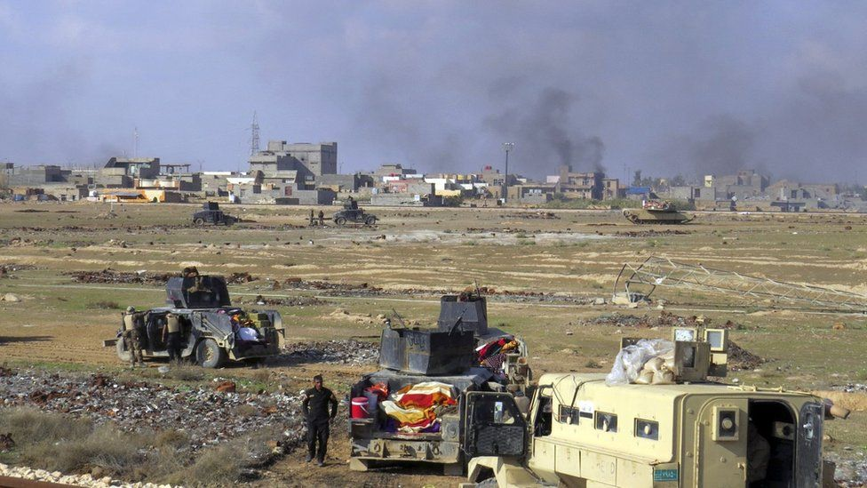 Iraqi government forces advance during clashes with Islamic State militants in the western suburbs of Ramadi (21 November 2015)