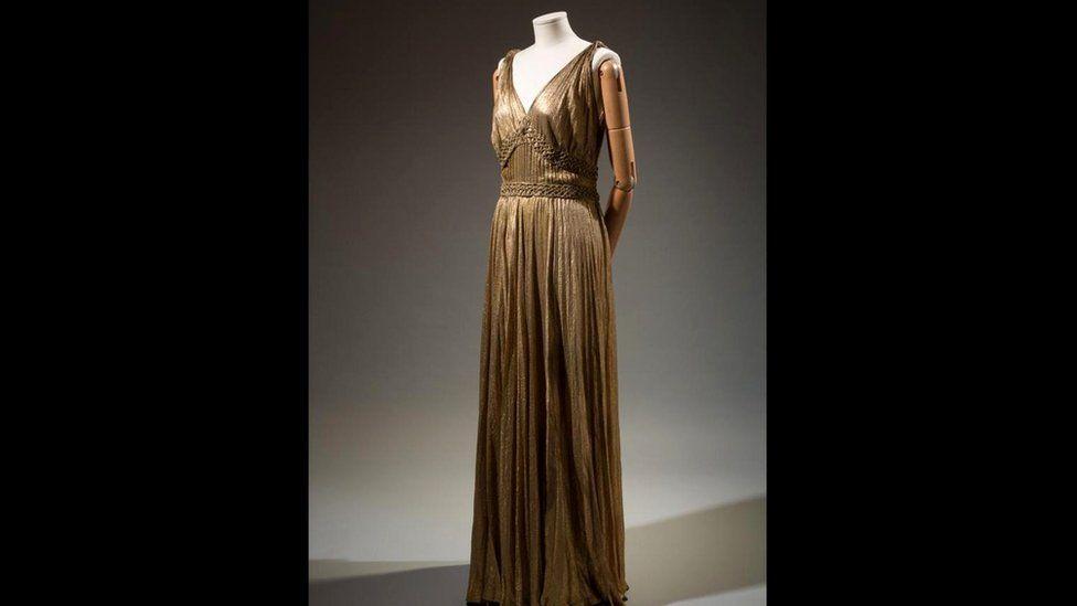 Шелковое платье цвета металлик из коллекции House of Paquin: талия 31 дюйм (78,74 см). Модельеры рассчитывали не только на худышек…