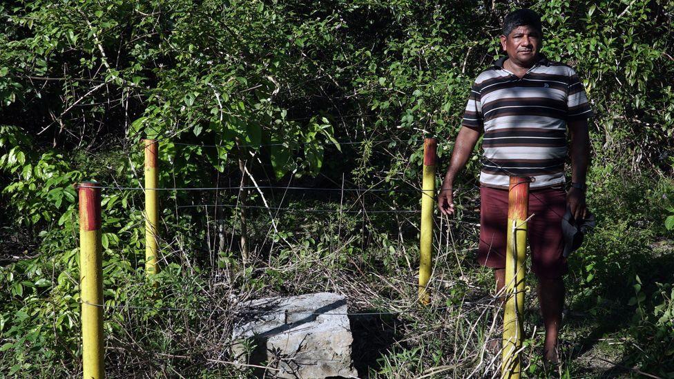 Aldinélson Pavão standing next to the exploratory well