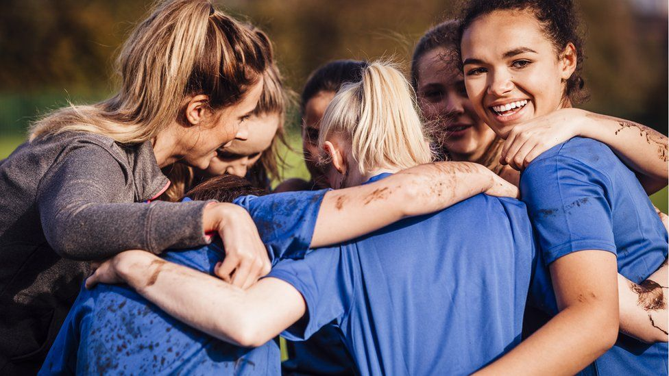 Women rugby players huddles