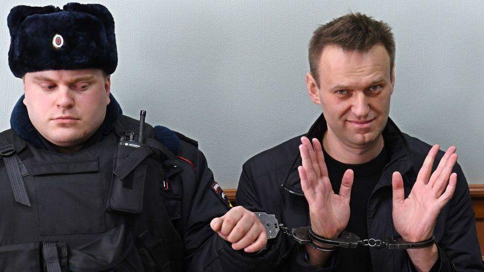 """Quién es Alexei Navalny, el mayor crítico de Putin en Rusia y que está  hospitalizado de gravedad por """"envenenamiento"""" - BBC News Mundo"""