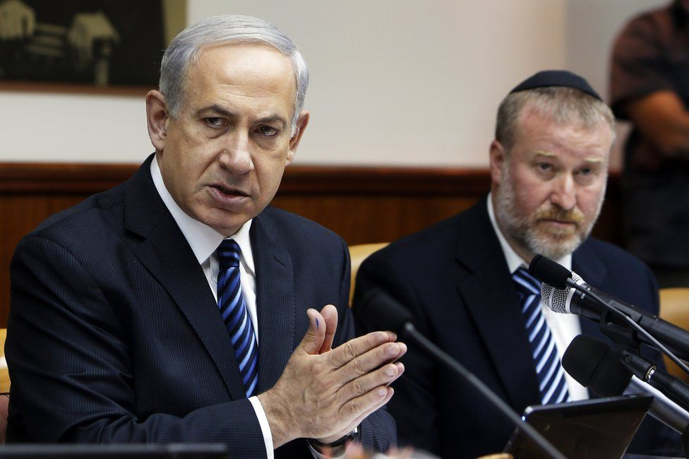 File photo showing Israeli Prime Minister Benjamin Netanyahu and Attorney General Avichai Mandelblit at a cabinet meeting (19 May 2013)