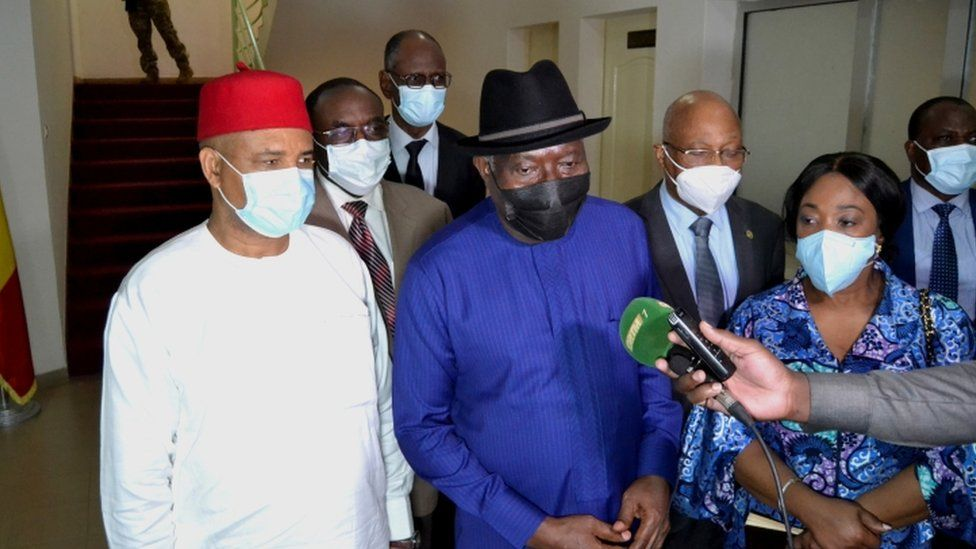 Former Nigerian President Goodluck Jonathan (C) and other members of the Ecowas delegation speak to journalists after meeting Col Goïta