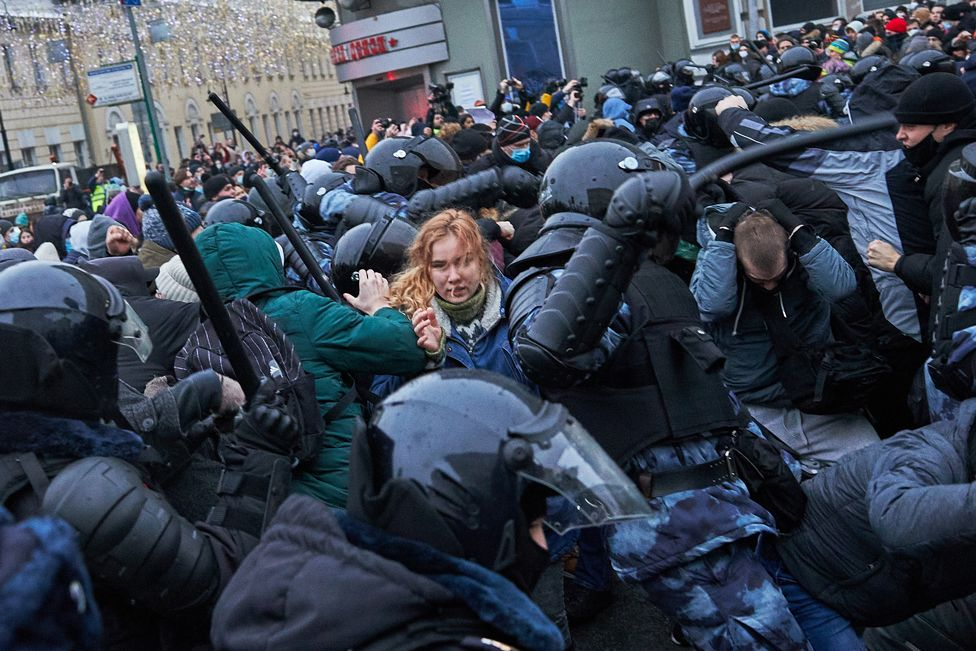Protesters clash with riot police during a rally in Moscow on 23 January 2021