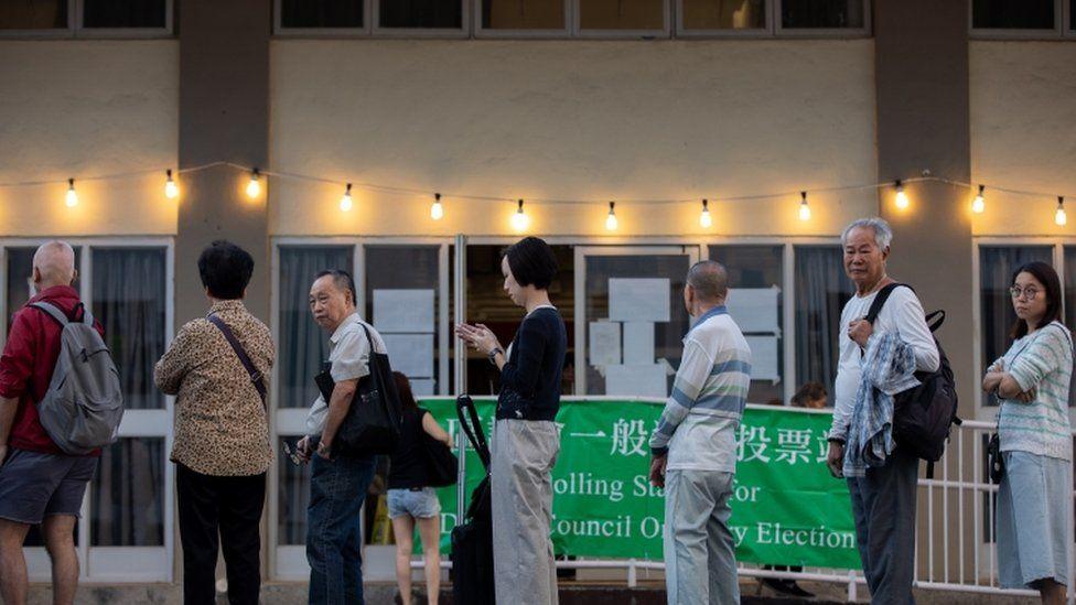 Votantes hacen fila en una mesa electoral en Shatin.