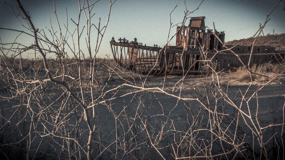 Cemitério de barcos no antigo porto de Moynaq