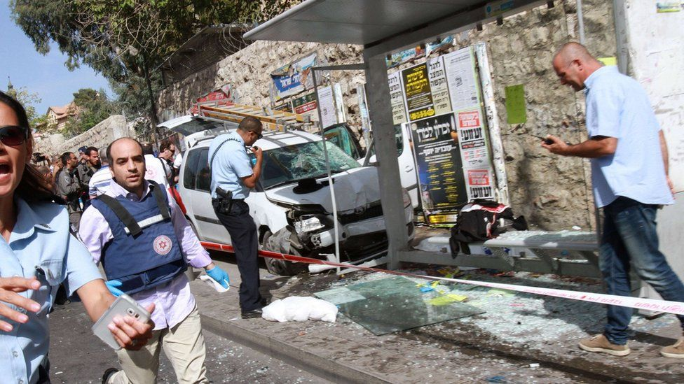 Israeli security forces inspect the scene of a vehicle and knife attack in Jerusalem (13 October 2015)