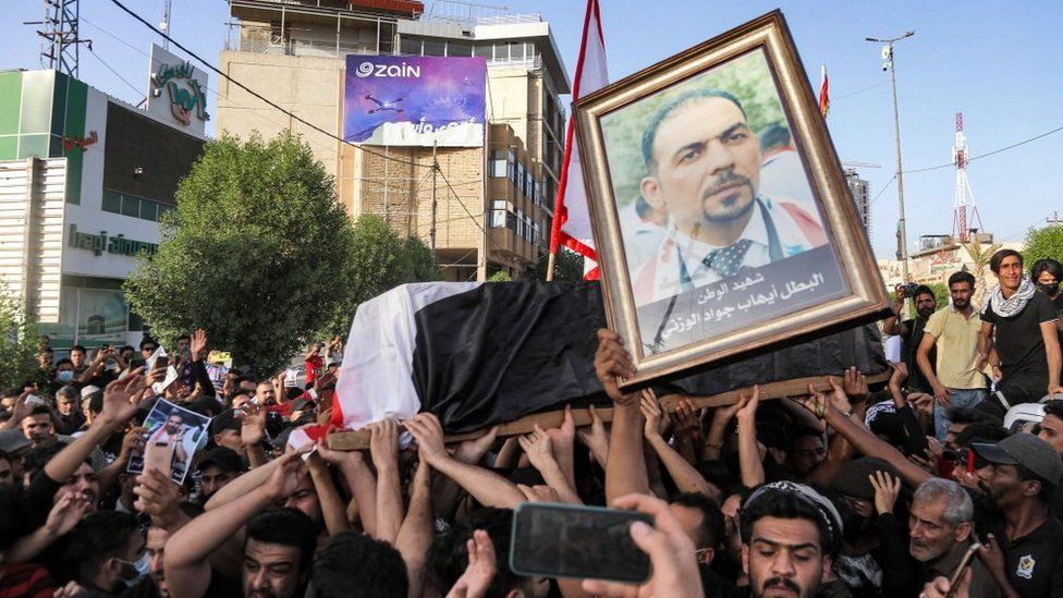 Mourners carry the coffin of anti-government activist Ihab al-Wazni, who was shot dead in Karbala (9 May 2021)