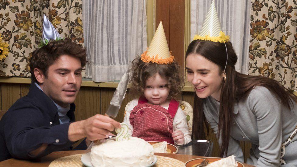 Ted Bundy olarak Zac Efron, doğum gününü kutlayan kızı ve karısı ile birlikte