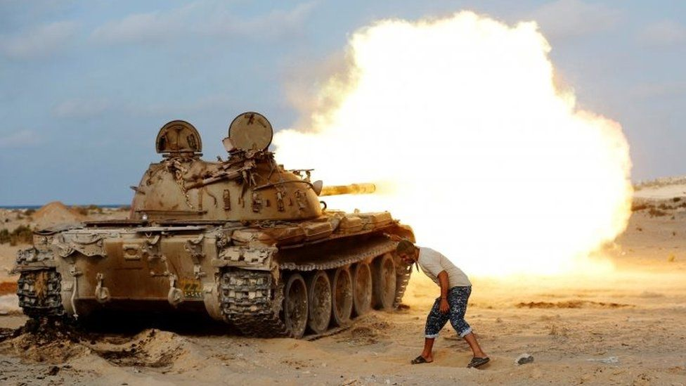 A fighter of Libyan forces allied with the UN-backed government fires a shell with Soviet made T-55 tank at Islamic State fighters in Sirte (02 August 2016)