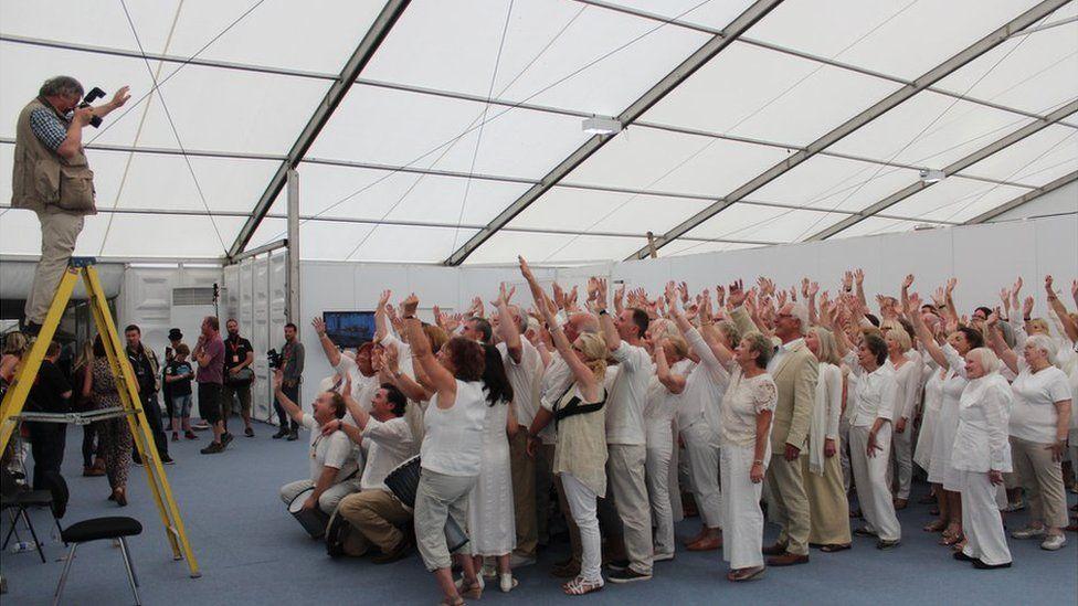 Cipiodd aelodau niferus Clwb Canu Cas-gwent galonnau'r dorf gyda'u perfformiad brwdfrydig ar brif lwyfan yr Eisteddfod // Eisteddfod newcomers Chepstow Community Choir stole the show with their rousing repertoire on the main stage