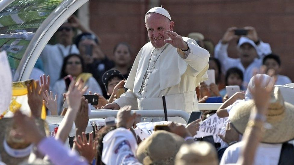 Pope Francis waves at the faithful upon his arrival at the Victor Manuel Reyna stadium in Tuxtla Gutierrez, Chiapas state (15 February 2016)