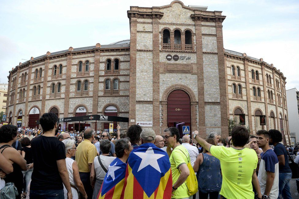 Independence supporters gather outside an old bullring in Tarragona, 14 September