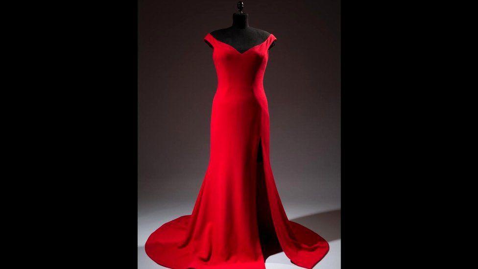 Модельер Кристиан Сириано сшил для актрисы Лесли Джонс это роскошное красное платье