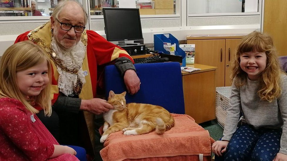 Children and the Mayor of Ely with Garfield the cat