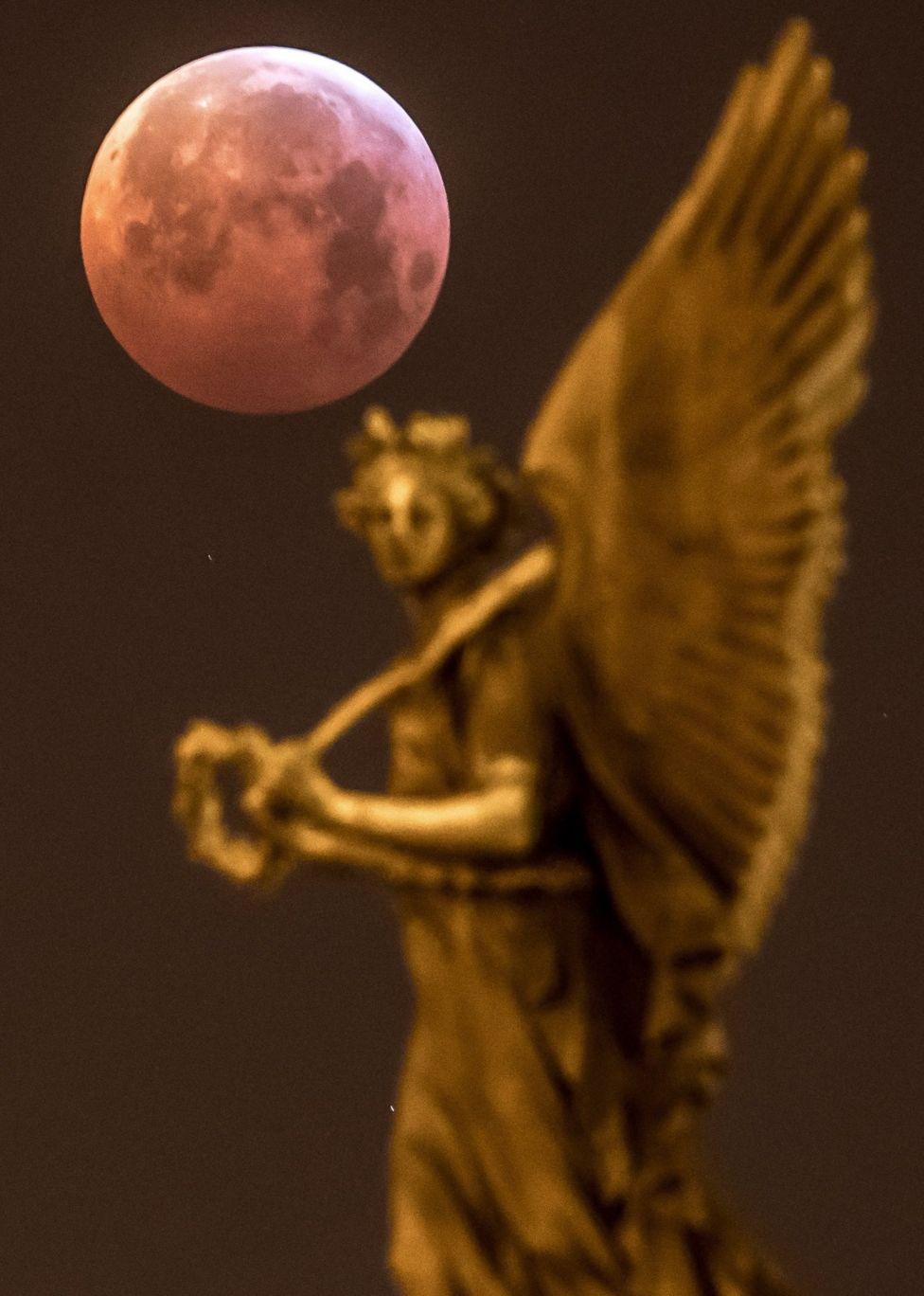 Луна в Праге