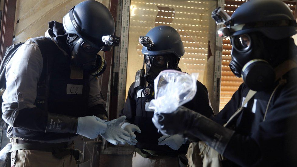UN chemical weapons expert holds a plastic bag containing samples from one of the sites of a chemical weapons attack in the Ain Tarma area of Damascus (29 August 2013)