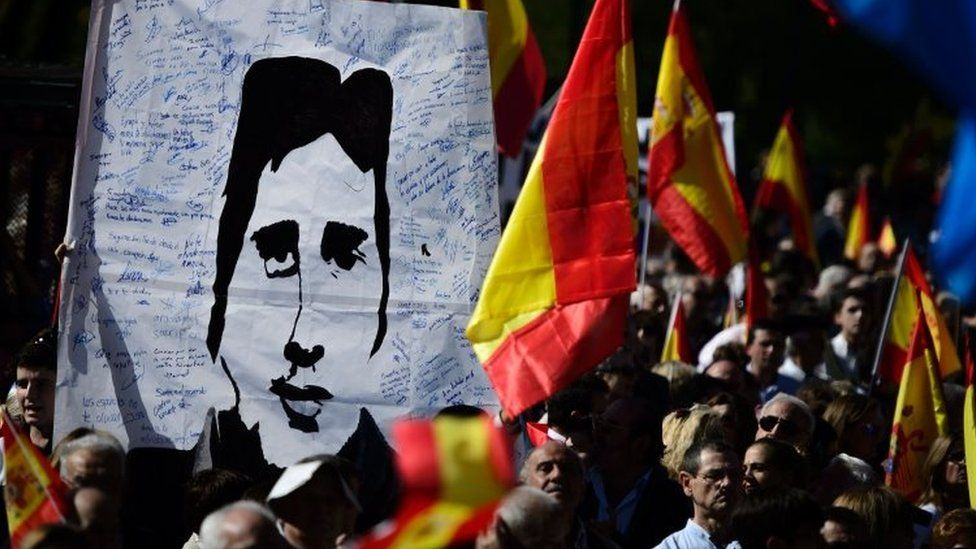 People displaying a portrait of Basque Popular Party councillor and victim of ETA Miguel Angel Blanco (27 October 2013)