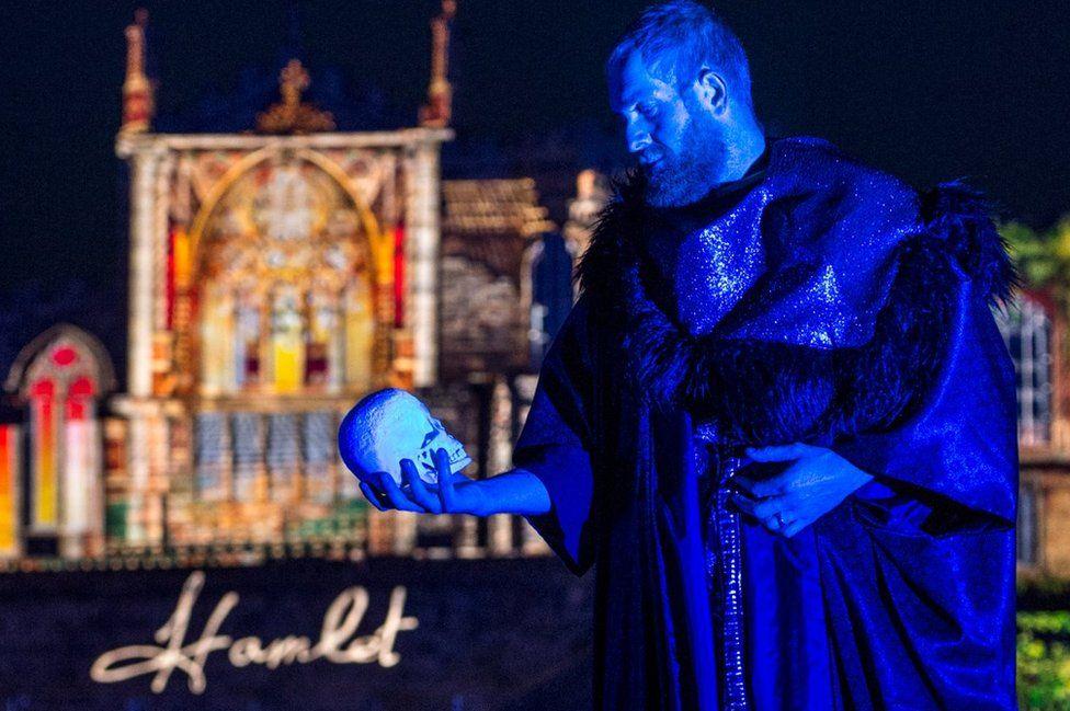 Actor portrays Hamlet