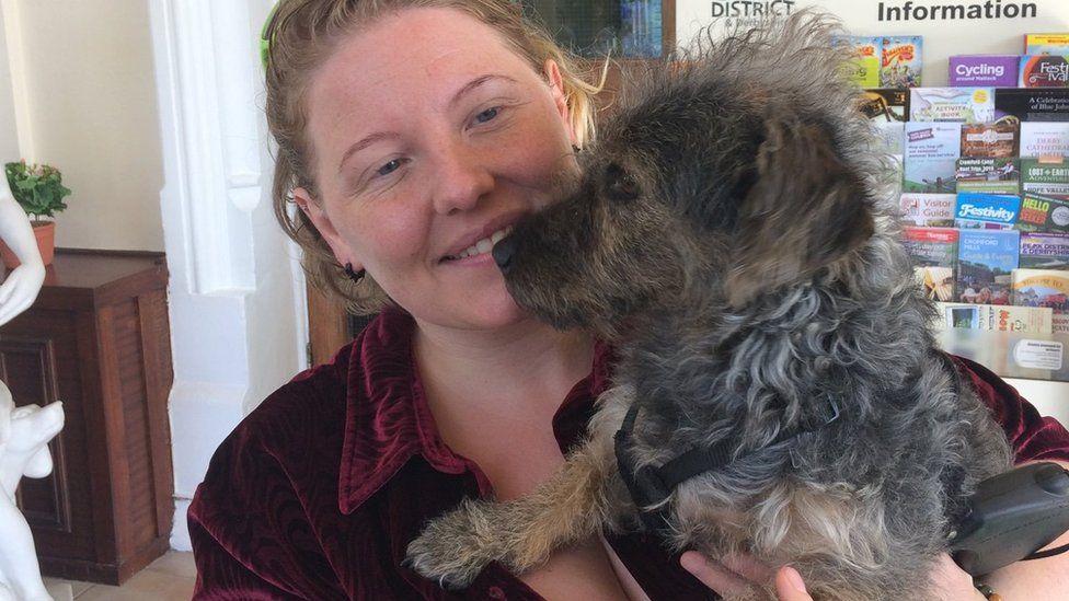 Whaley Bridge dam: Pet rescue in the 'danger zone' - BBC News