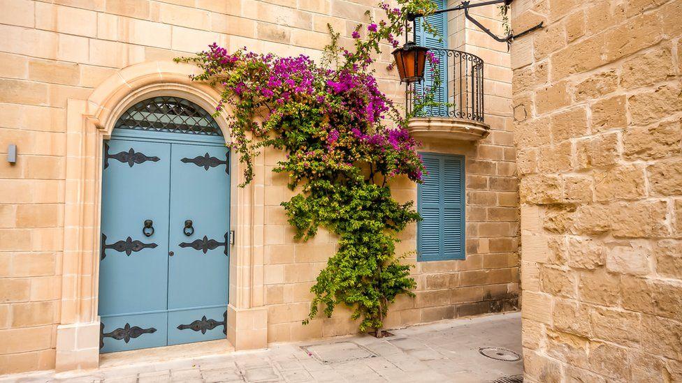 Из настоящих рыцарей на Мальте - только брат Критьен, но мальтийцы считают, что в их жилах течет рыцарская кровь Мальта Мальта  104675121 maltaalleyway