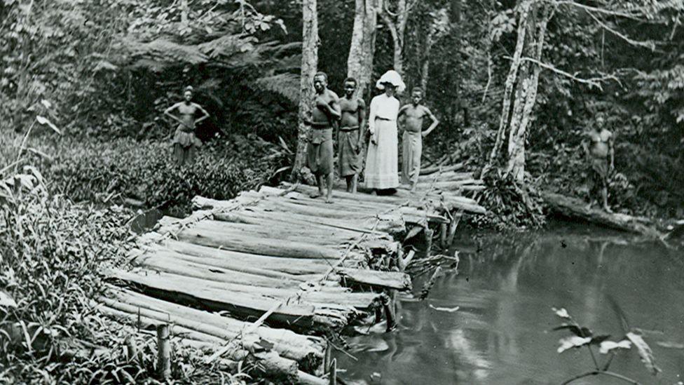 Missionnaire et photographe anglaise Alice Seeley Harris traversant un pont au Congo belge, vers 1900