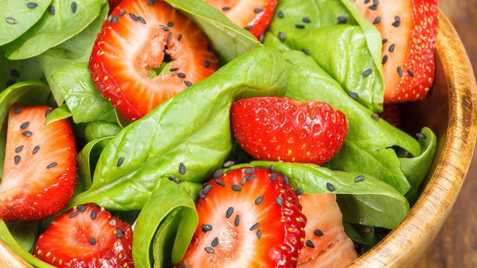 Cuáles son las frutas y vegetales que tienen más residuos de pesticidas y cómo reducirlos