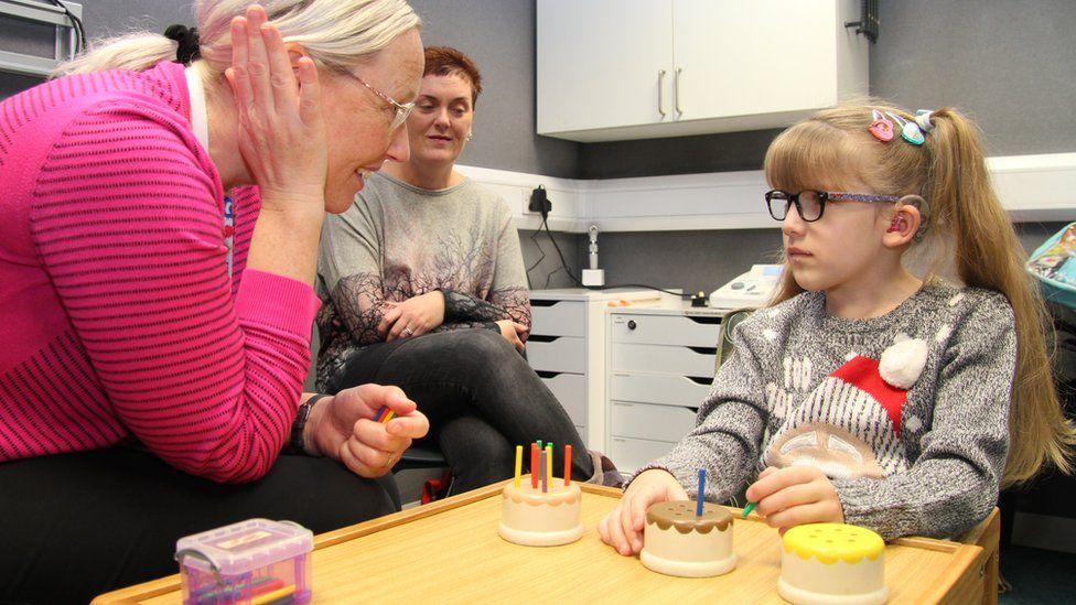 Cirurgia pioneira no cérebro dá sons e voz a menina 100% surda