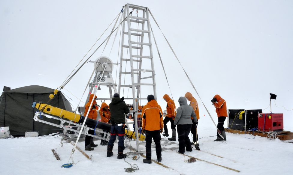 Submarino robô Icefin sendo posto no gelo
