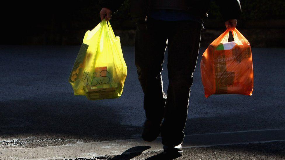 Qué se puede aprender del plan que lleva a Reino Unido a reducir en más de 80% del consumo de bolsas de plástico