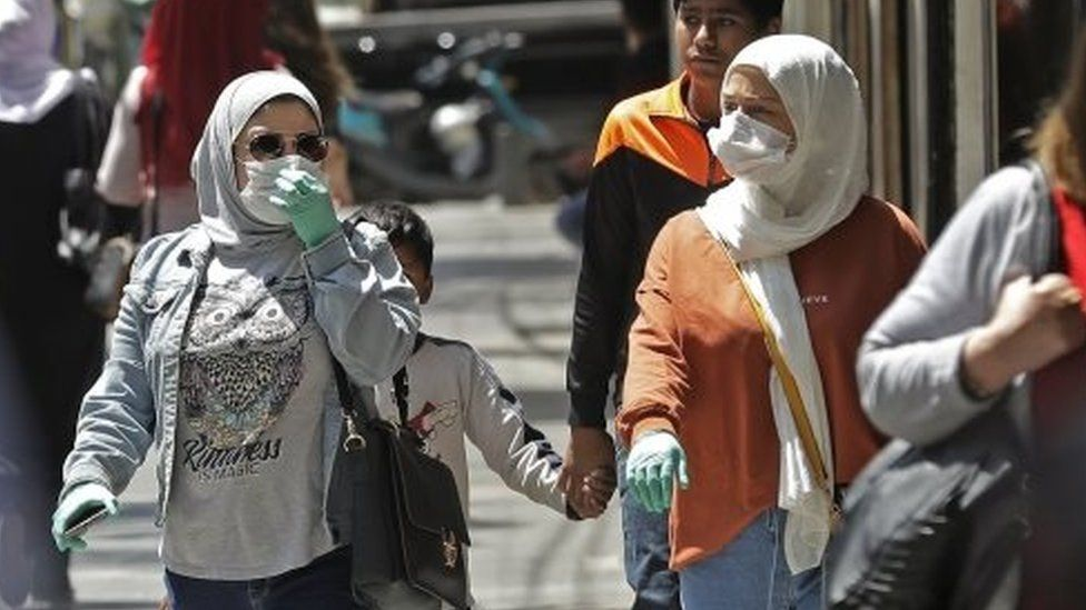 Shoppers wearing masks in Beirut (07/05/20)