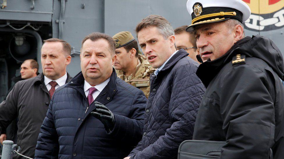 British Defence Minister Gavin Williamson (2nd R) speaks with his Ukrainian counterpart Stepan Poltorak