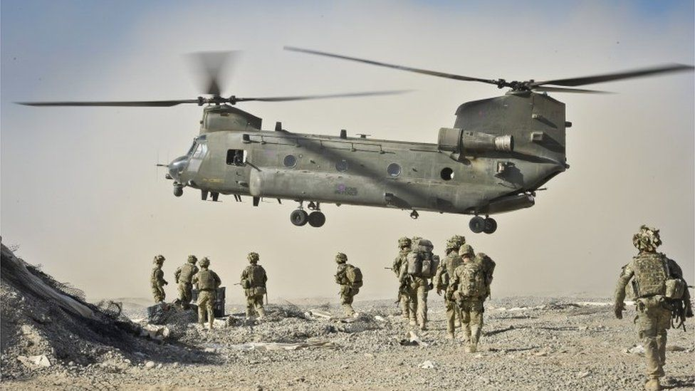 British soldiers approach a Chinook helicopter in the Nahr-e Saraj district, Helmand Province, Afghanistan