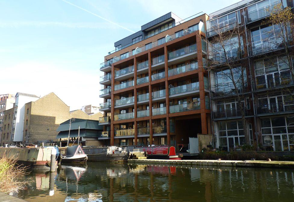 The tranquillity of De Beauvoir Wharf