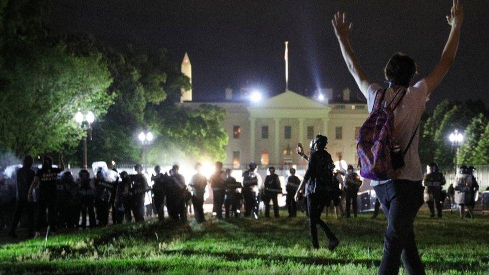 白宮外的抗議示威人群和警察對峙